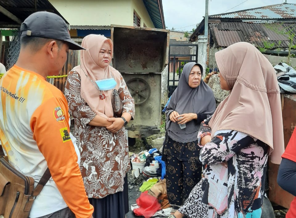 Peduli Korban Kebakaran, Anggota DPRD Eka Hariani Sandra dan Welly Suheri Tinjau Langsung Ke Lokasi