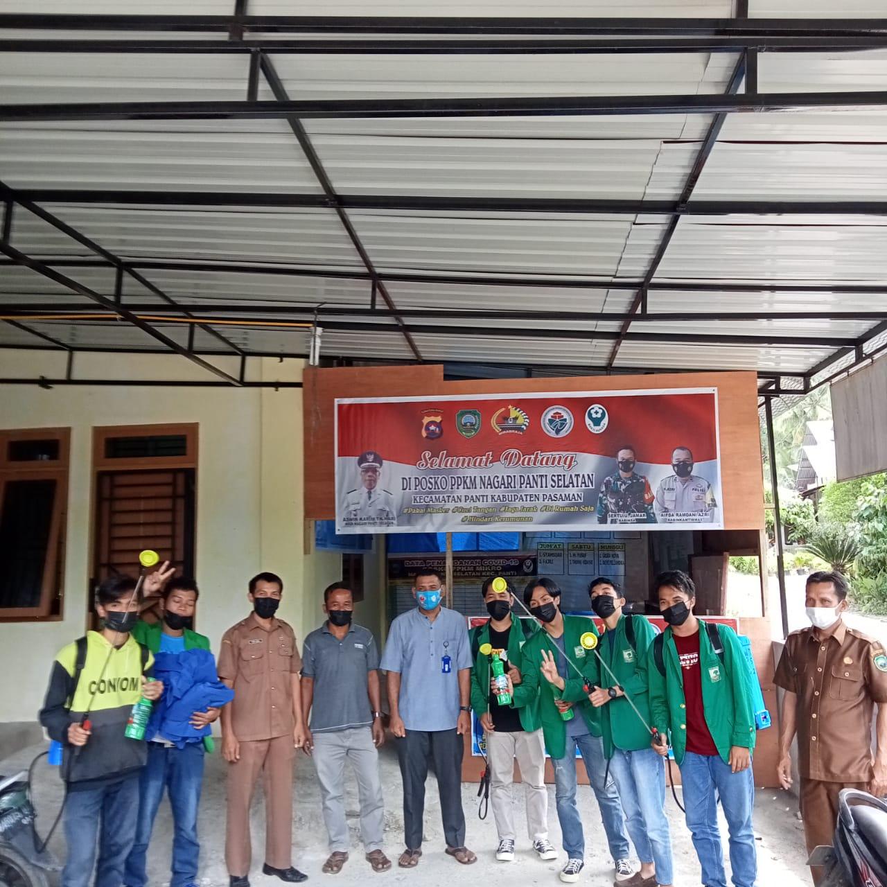 Sambut Idul Adha, Mahasiswa KKN Unand di Panti Selatan Lakukan Penyemprotan Desinfektan