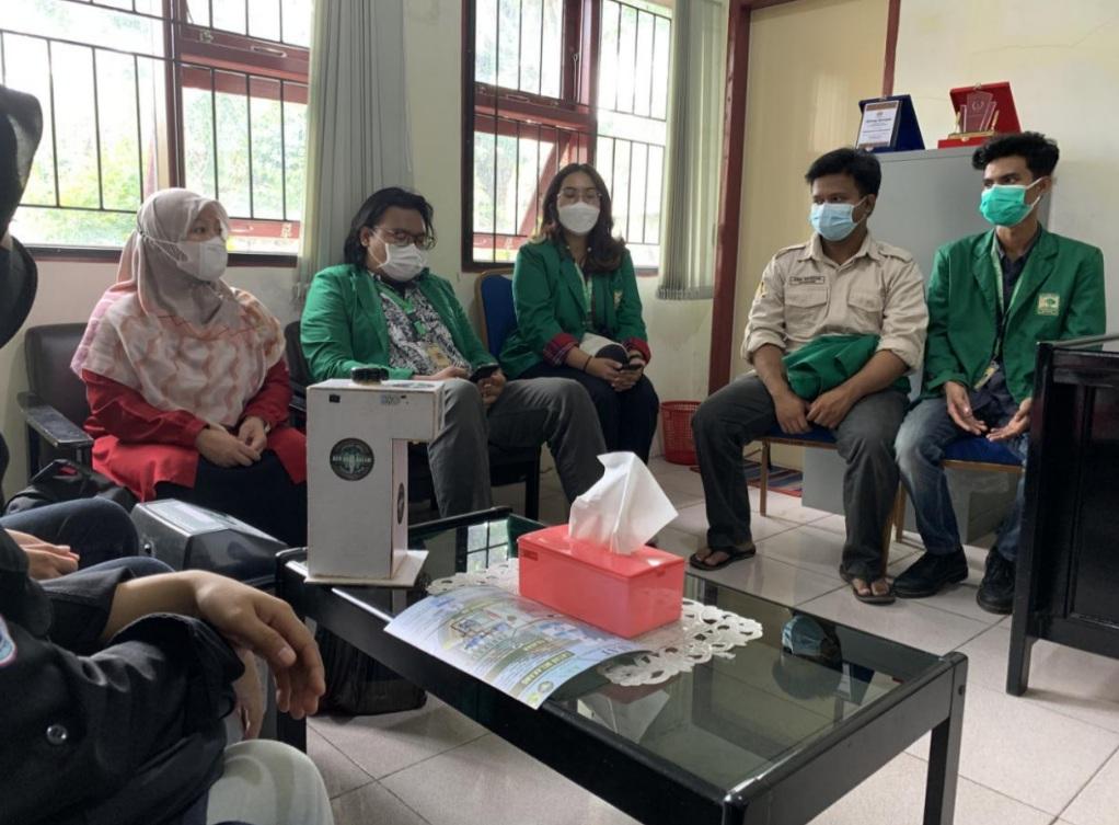 Dosen dan Mahasiswa KKN Unand Lakukan Pengabdian Masyarakat di Kubu Dalam Parak Karakah dan Serahkan Bantuan Handsanitizer Serta Tempat Sampah Otomatis